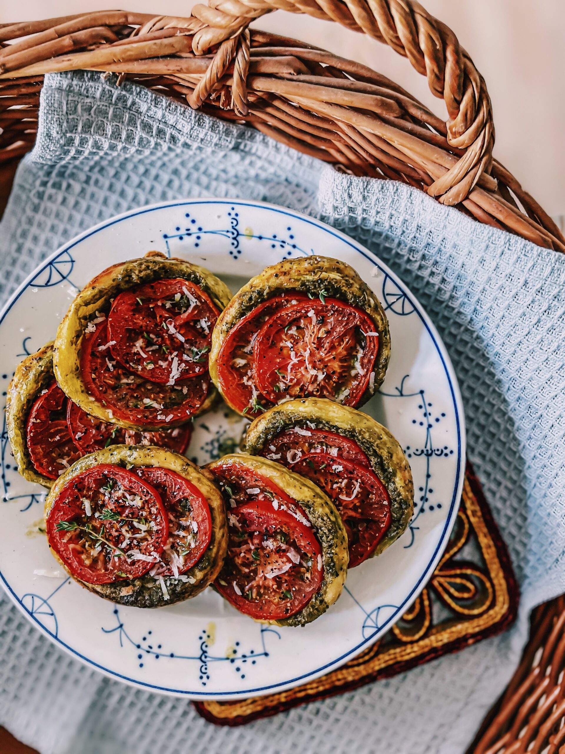 Mama Brown's Butterdejstærter med tomat og pesto graphic