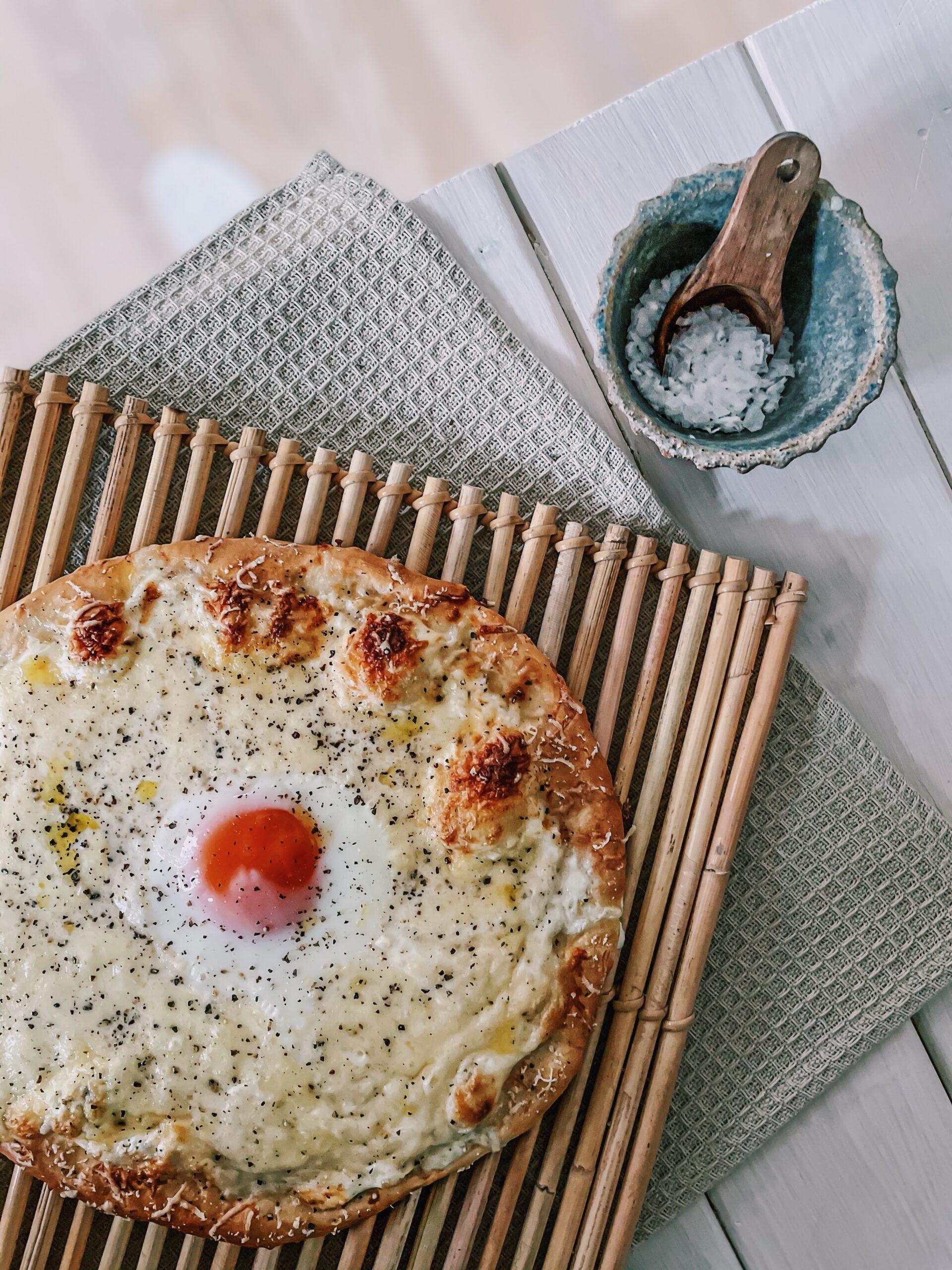 Mama Brown's Pizza cacio é pepe med æg og pecorino graphic